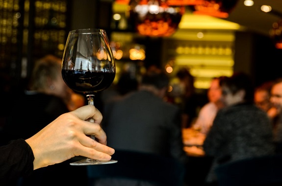 wine, wine glasses, short stem, long stem, wine temperature, release aromas,